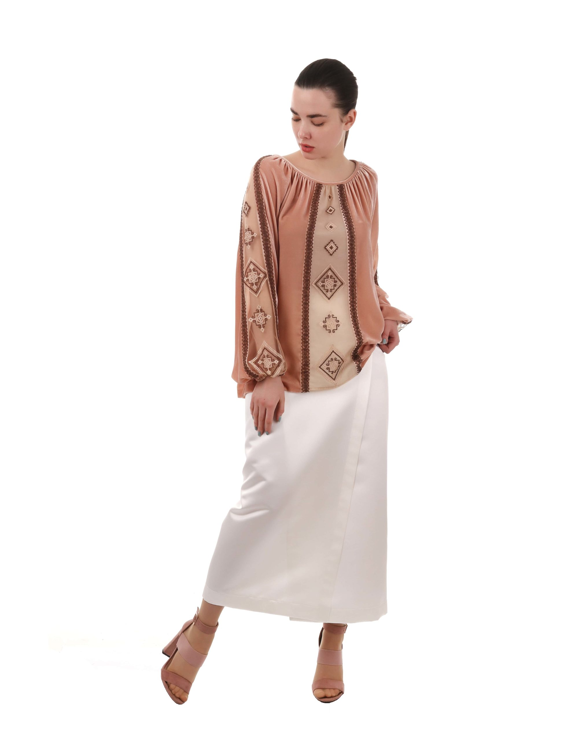 Оксамитова блуза з вишивкою по сітці